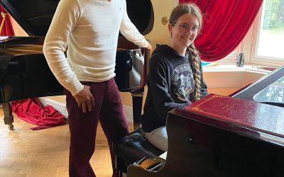 Oud-leerling Amber Mertens met Wibi Soerjadi